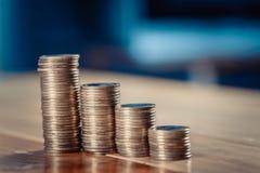 Увеличивая столбцы монеток, куч золотых монеток аранжированных как g Стоковая Фотография RF