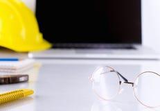 Увеличивая eyeglasses на офисе инженера стоковые фотографии rf