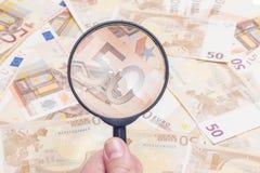 Увеличитель над 50 примечаниями евро стоковое фото rf