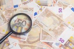 Увеличитель над 50 примечаниями евро стоковые фотографии rf