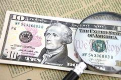 Увеличитель с 10 долларами на газете Стоковое Изображение RF