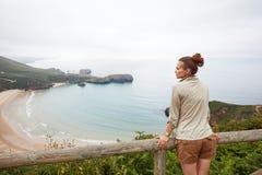 Увиденный от заднего hiker женщины смотря ландшафт вида на океан Стоковое фото RF