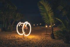 Увольняйте выставка на пляже на ноче выполняя колесо огня стоковое изображение rf