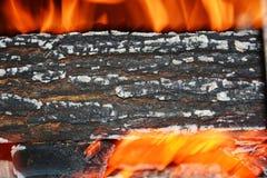 Увольняйте и горя древесина, предпосылка пламен апельсина Стоковая Фотография