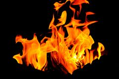 Увольняйте пламена от гриля в темноте стоковое фото