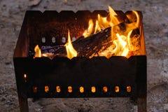 Увольняйте пламена от гриля в темноте стоковое изображение