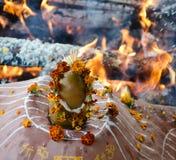 Увольняйте церемония с предложениями только vegetable начала во время гуру p стоковое изображение rf