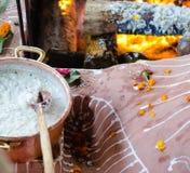 Увольняйте церемония с предложениями только vegetable начала во время гуру p стоковая фотография
