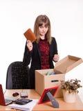 Уволенный офис девушки бросает тетрадь в коробке Стоковые Изображения RF
