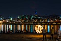 Увольняйте выставка около реки, backgrond с городом Сеула Стоковое Изображение RF