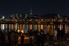 Увольняйте выставка около реки, backgrond с городом Сеула Стоковое фото RF
