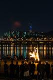 Увольняйте выставка около реки, backgrond с городом Сеула Стоковое Фото