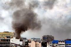 Увольняйте горение и черный дым над коммерчески зданием Стоковое Фото
