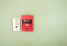 Увольняйте пожарная сигнализация пролома стеклянная в сигнале тревоги на зеленой стене Стоковое Изображение RF