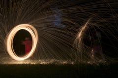 Увольняйте Poi, пламенеющая стальная шерсть закручивая, искры Стоковая Фотография RF