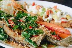 Увольнянные fishs на блюде с черной предпосылкой Стоковые Изображения RF