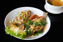 Увольнянные fishs на блюде с черной предпосылкой Стоковое Изображение