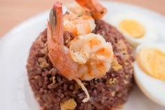 Увольнянный коричневый рис с едой креветки, моркови и вареного яйца здоровой чистой никакие смазывает добавленный Стоковые Фото