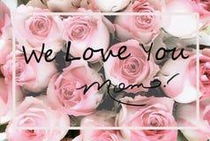 Увяданная поздравительная открытка дня матерей пинка и предпосылки белой розы стоковые фото