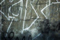 Увяданное Grafiti на треснутой стене цемента Стоковые Изображения