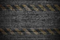 Увяданный знак опасности на треснутой стене цемента Стоковое Изображение RF