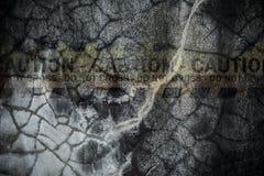 Увяданный знак опасности на треснутой стене цемента Стоковое фото RF