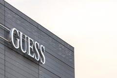Угадайте логотип на их главном магазине для Белграда Догадка американские бренд и розничный торговец моды одежды стоковое изображение rf