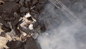 Угли горя тлеющие угли барбекю накаляя в красном огне сток-видео