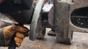 Угловая машина с молоть в утюге видеоматериал