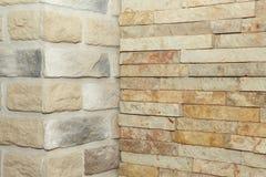 Угловая структура дома Текстура - искусственное façade декоративного камня текстура предпосылки каменной стены серого цвета груб Стоковое фото RF