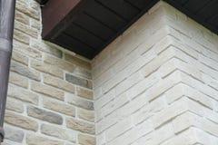 Угловая структура дома Текстура - искусственное façade декоративного камня текстура предпосылки каменной стены серого цвета груб Стоковые Фотографии RF