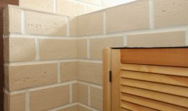 Угловая структура дома Текстура - искусственное façade декоративного камня текстура предпосылки каменной стены серого цвета груб Стоковые Изображения RF