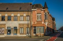 Угловая улица с домами кирпича на заходе солнца в Tielt Стоковая Фотография
