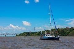 угловойым яхта используемая рекой широкая Стоковые Фотографии RF