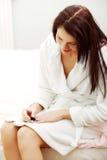 Угождаемые ногти картины женщины в утре. Стоковые Изображения RF