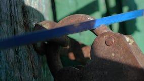 Уголовная концепция обеспечения безопасности Образ жизни похититель ломает в дом, пилы старый padlock утюга металла с a акции видеоматериалы