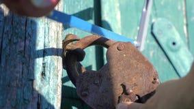 Уголовная концепция обеспечения безопасности образ жизни похититель ломает в дом, пилы старый padlock утюга с hacksaw сток-видео
