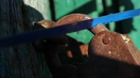 Уголовная концепция обеспечения безопасности Образ жизни похитителя ломает в дом, пилы старый padlock утюга металла с a сток-видео