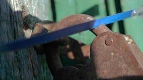Уголовная концепция обеспечения безопасности похититель ломает в образ жизни дом, пилы старый padlock утюга металла с a видеоматериал