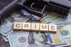 Уголовный знак на предпосылке долларов США Концепция черного рынка, заказного убийства, мафии и преступления стоковое изображение rf
