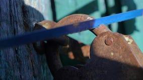 Уголовный образ жизни концепции обеспечения безопасности похититель ломает в дом, пилы старый padlock утюга металла с a сток-видео