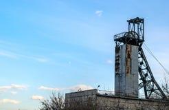 Угольная шахта с колесами Colliery против голубого неба стоковые фотографии rf