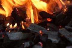Уголь и пламена - конец-вверх стоковые фотографии rf