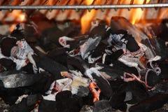 Уголь и пламена и тлеющие угли стоковая фотография rf