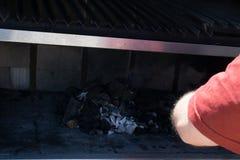Уголь человека горящий стоковые фотографии rf