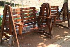 Угол деревянного стула винтажный на открытом воздухе расслабляющий стоковое фото