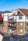 Угол жилого дома 3 этажей на солнечный день в Британской Колумбии, Канада стоковая фотография
