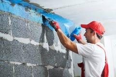 Угол работника штукатура защищая с сеткой технология строительства стоковое фото rf