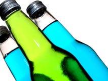 угол разливает соду по бутылкам стоковые изображения