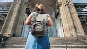 Угол средневекового здания входа заднего backpacker взгляда женский туристский причаливая низкий видеоматериал